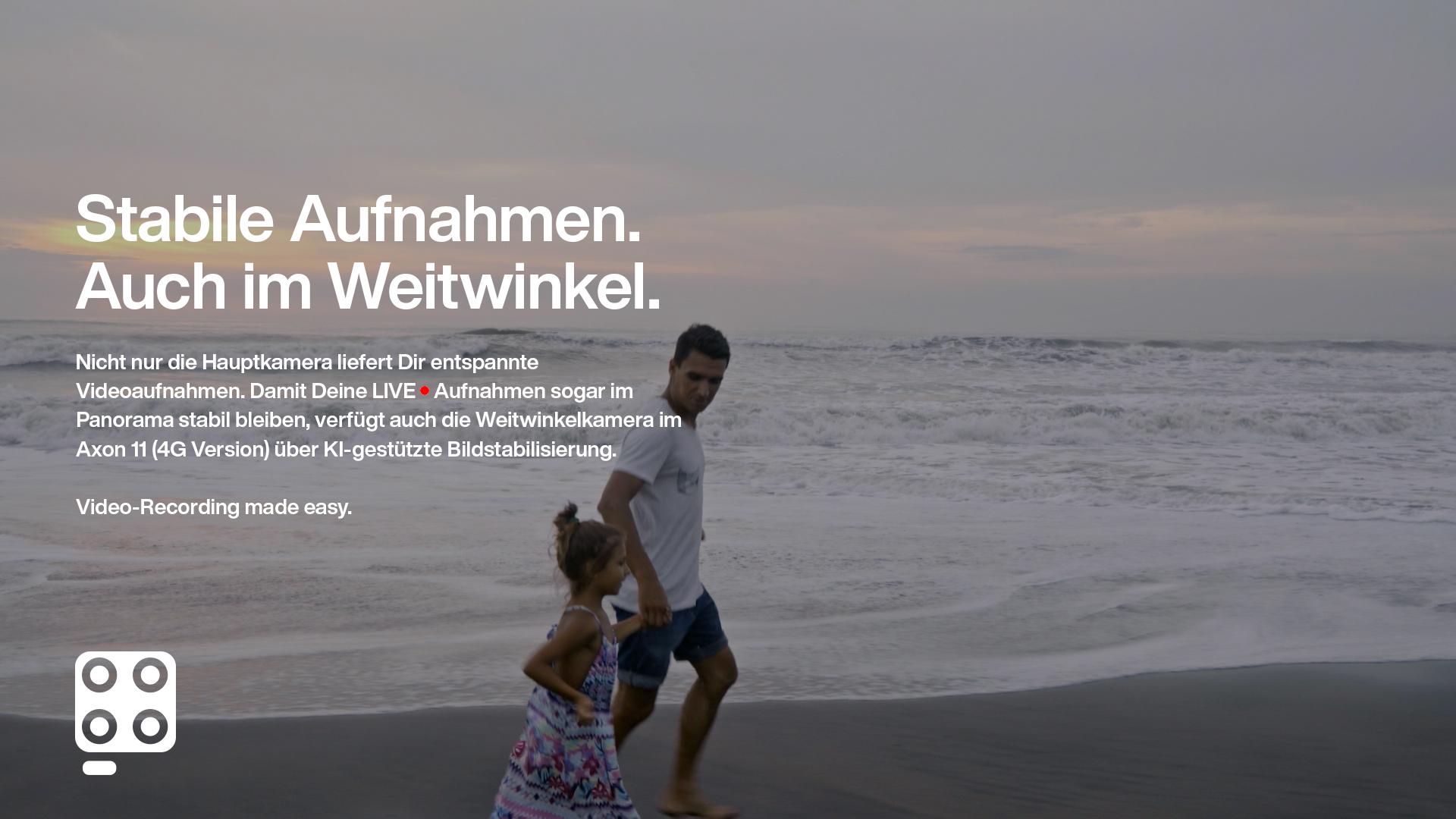 Vater und Tochter laufen über den Strand